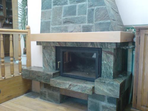 модел 10 Облицовка на камина изработена от мрамор(форест грийн),гнайс и дървен плот