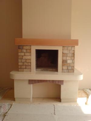 модел 7 Облицовка на камина изработена от врачански камък, гнайс ,декоративни тухлички и дървен плот